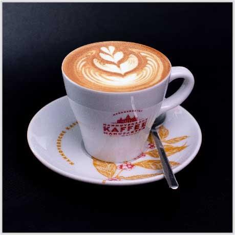 Milchcreme auf Espresso geben