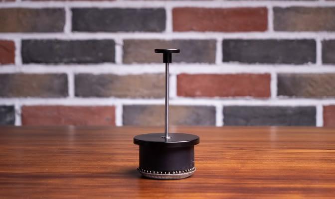 Stempelkannen Stempel steht auf Holztisch